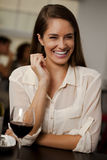 Piękna kobieta śmia się w restauraci Obrazy Stock