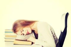 Piękna kobieta śpi na książce fotografia stock