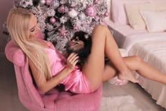 Piękna kobieta świętuje nowy rok wakacje z blondynem Zdjęcie Stock