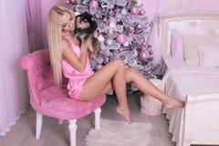 Piękna kobieta świętuje nowy rok wakacje z blondynem Fotografia Royalty Free