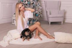 Piękna kobieta świętuje nowy rok wakacje z blondynem Obraz Stock