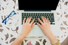 Piękna kobieta Bada Online zakupy stronę internetową Zakończenia up ręki robi zakupy online używać laptop i czytanie online młoda Zdjęcie Stock