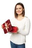 Piękna kobieta bardzo szczęśliwa z niespodzianką wśrodku czerwonego pudełka Fotografia Stock