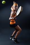 Piękna kobieta bawić się padel salowego na Czerń Obraz Royalty Free