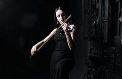 Piękna kobieta bawić się skrzypce, sztuka, emocje Obraz Royalty Free