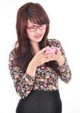 Piękna kobieta bawić się telefon Fotografia Stock