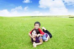 Piękna kobieta bawić się z jej synem w parku fotografia royalty free