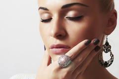 Piękna kobieta. Biżuteria i Beauty.girl.ornamentation.liquid piasek manicure.hairless Zdjęcia Stock