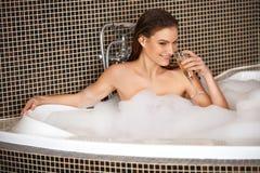 Piękna kobieta bierze bąbla skąpanie zdjęcie royalty free