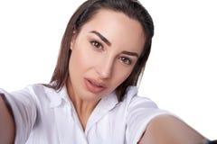 Piękna kobieta bierze selfie Fotografia Royalty Free