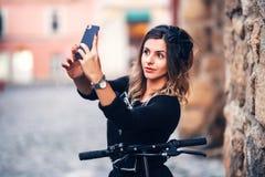 Piękna kobieta bierze selfies na miasto ulicach fotografia stock