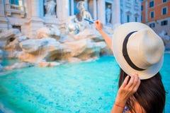 Piękna kobieta blisko Trevi fontanny, Rzym, Włochy Szczęśliwa dziewczyna cieszy się włocha urlopowego wakacje w Europa Obraz Royalty Free
