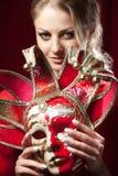 Piękna kobieta chuje karnawałową venetian maskę Zdjęcia Stock