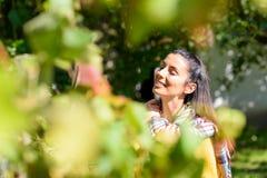 Piękna kobieta cieszy się światło słoneczne podczas jesieni obrazy stock