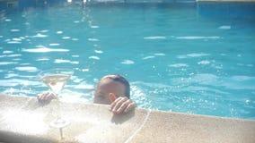 Piękna kobieta cieszy się blisko basenu jej wakacje z szkłami Martini zbiory