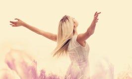 Piękna kobieta cieszy się jej wolność fotografia stock