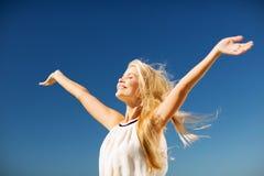 Piękna kobieta cieszy się lato outdoors Zdjęcie Royalty Free