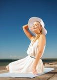 Piękna kobieta cieszy się lato outdoors Zdjęcia Stock