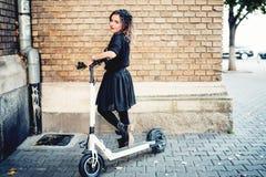 Piękna kobieta cieszy się nowożytnego styl życia Outside portret na jesień dniu fotografia royalty free