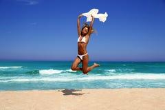 Piękna kobieta cieszy się słońce przed oceanem. Obraz Stock
