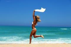 Piękna kobieta cieszy się słońce przed oceanem. Zdjęcie Stock