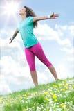 Piękna kobieta cieszy się stokrotki niebieskie niebo i pole obrazy royalty free