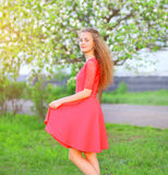 Piękna kobieta cieszy się w kwiecenie ogródzie Zdjęcia Stock
