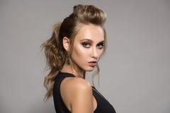 piękna kobieta czerni sukience Fryzura i jaskrawy makijaż obrazy stock