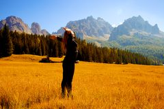Piękna kobieta czuje wolność przed zadziwiającymi górami Fotografia Stock