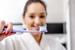 Piękna kobieta czyści jej zęby Zdjęcie Royalty Free