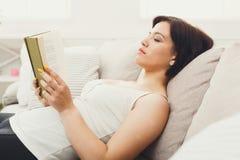 piękna kobieta czytelnicza księgowa Fotografia Royalty Free