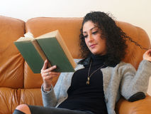 piękna kobieta czytelnicza księgowa Obrazy Royalty Free