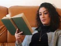 piękna kobieta czytelnicza księgowa Zdjęcie Stock