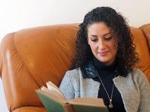 piękna kobieta czytelnicza księgowa Zdjęcia Royalty Free