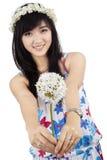 Piękna kobieta daje kwiatu odizolowywającego Obraz Royalty Free