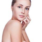 Piękna kobieta dba dla skóry twarzy Fotografia Royalty Free