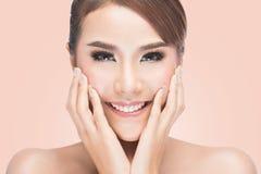 Piękna kobieta dba dla skóry twarzy, Piękna zdrój kobieta Dotyka jej twarz Obraz Royalty Free