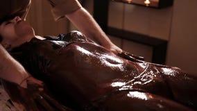 Piękna kobieta dostaje czekoladowego masaż w zdroju zdjęcie wideo
