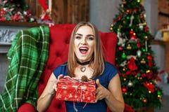 Piękna kobieta dostaje niespodzianki pudełko i raduje się Pojęcie Nowy Ye Zdjęcia Royalty Free