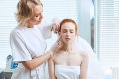 Piękna kobieta dostaje pięknu twarzowych zastrzyki Estetyczna kosmetologia zdjęcie stock