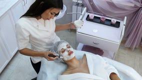 Piękna kobieta dostaje twarzową maskę przy piękno salonem zbiory
