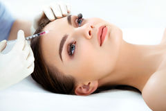 Piękna kobieta dostaje zastrzyki. Kosmetologia. Piękno twarz Zdjęcie Stock