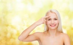 Piękna kobieta dotyka jej czoło zdjęcie stock