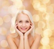 Piękna kobieta dotyka jej twarzy skórę obraz royalty free