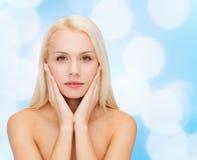 Piękna kobieta dotyka jej twarzy skórę fotografia royalty free