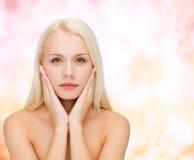 Piękna kobieta dotyka jej twarzy skórę obraz stock