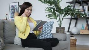 Piękna kobieta excited dla pomyślnych rezultatów, czytający na pastylce zbiory