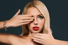 piękna kobieta gestykuluje jej oko i zamyka, obrazy royalty free