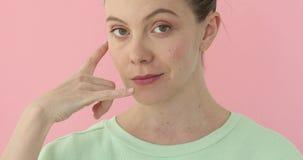 Piękna kobieta gestykuluje wezwanie ja różowy tło zbiory