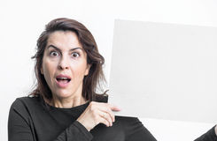 Piękna kobieta gestykuluje z blackboard odizolowywającym na bielu plecy obrazy royalty free